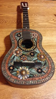 Hidden Flower Guitar - This mosaic guitar has a flower on the inside. The front is created with glass, beads, Van Gogh glass, and metal pieces from a necklace. Mosaic Garden Art, Mosaic Art, Mosaic Glass, Mosaic Tiles, Acoustic Guitar Art, Ukulele Art, Diy Art Projects, Mosaic Projects, Glass Wall Art
