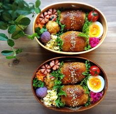 Chicken-wrapped onigiri bento box, featuring hard boiled egg, pickled cabbage, and wiener flowers Japanese Lunch, Japanese Food, Bento Recipes, Healthy Recipes, Cute Food, Yummy Food, Jai Faim, Little Lunch, Bento Box Lunch