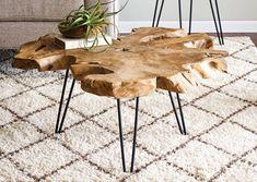 La table basse design Takara en bois est en forme de tronc d'arbre. Avec cette…
