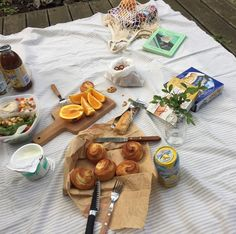Find images and videos about food and picnic on We Heart It - the app to get lost in what you love. Picnic Date, Summer Picnic, Spring Summer, Comida Picnic, Food Porn, Brunch, This Is Your Life, Aesthetic Food, Love Food