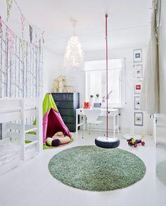 wohmideen kinderzimmer mit rundem teppich grün und DIY Schaukel aus autoreife