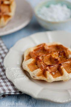 Waffeln mit Zimt und Karamellkruste (durch Perlzucker) - das gehaltvollste Frühstück aller Zeiten, vll nächstes Mal etwas weniger Perlzucker.