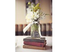 Centro mesa para boda con libros en base de cristal