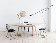 Helles #Holz kombiniert mit Schwarz - http://www.leuchtend-grau.de/2014/09/holzern-schoner-tisch.html  #Wood #Table #Minimalism #Interior
