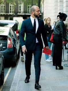 もっともシンプルに、ネイビースーツを着こなす方法