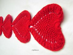 ♥ⓛⓞⓥⓔ♥ Crochet heart scarf and heart tablecloths. This would make such a beautiful table runner for a special Valentine's Day dinner. You can also separate the hearts and even make placemats! Cool, huh!