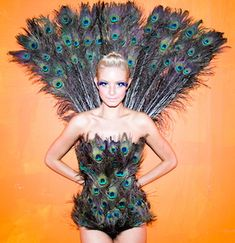 This homemade peacock costume is one of the most popular costumes ever! If you want to create your own Halloween Peacock Costume - you gotta see Linda's! Sexy Halloween Costumes, Halloween Kostüm, Holidays Halloween, Cool Costumes, Costume Ideas, Costume Contest, Halloween Makeup, Halloween Decorations, Peacock Halloween