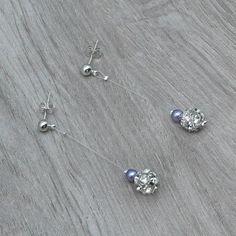 Boucles d'oreilles mariage BETTY.  Boucles d'oreilles mariage sur clous plaqué argent composées de perles de verre nacrées mauves et de boules incrustées de strass Swarovski.