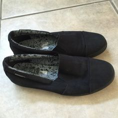 Puma Black Slip On Sneakers Size 8 In good, used condition! Very comfortable and Has a ton of life left to it. Size 8 Women's Puma Shoes Sneakers