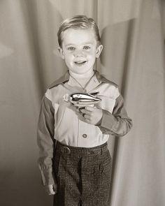 "11.8 mil Me gusta, 80 comentarios - History In Pics (@historyphotographed) en Instagram: ""A boy proudly shows off his ray gun, circa 1950s."""