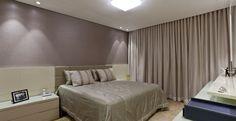 Neste quarto de casal, a designer de interiores Iara Santos utilizou um papel de parede em seda que agrega sofisticação e romantismo ao espaço. A cama tem cabeceira de camurça com textura suave.