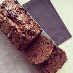 Cake au chocolat & myrtilles_ 125 g de myrtilles 200 g de farine complète de sarrasin 25 g de chocolat noir 25 g de cacao en poudre - non sucré 5 g d'éclats de cacao 180 g de compote de pomme - non sucrée 120 ml de lait 30 g de stévia en poudre 5 g de levure chimique 1 oeuf 1 pincée de sel vanille en poudre