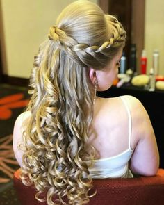 11 Of The Most Recommended Homecoming Long Curly Hairstyles That Make Your Bride Simply Gorgeous. hairstyles for homecoming 11 Of The Most Recommended Homecoming Long Curly Hairstyles Engagement Hairstyles, Veil Hairstyles, African Hairstyles, Braided Hairstyles, Wedding Hairstyles, Braided Updo, Hair And Beard Styles, Curly Hair Styles, Peinado Updo