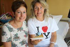 6 september 2016: Onze verpleegkundige Petra Schiffeleers (links op de foto) is deze week precies 25 jaar in dienst. In plaats van zelf een receptie te houden, koos ze ervoor om al haar patiënten op etage 10 in Heerlen te trakteren op een lekker stuk cake en hen deelgenoot te maken van de 'feestvreugde'. 'Mijn patiënten zijn me zò dierbaar, daar hoefde ik niet lang over na te denken.'