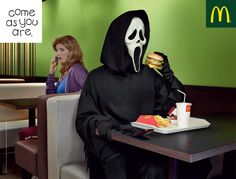 Halloween monster house - Ghostface grabbing a quick lunch. Creative Advertising, Advertising Poster, Advertising Ideas, Scary Movies, Horror Movies, Slasher Movies, Horror Villains, Horror Art, Scream Movie