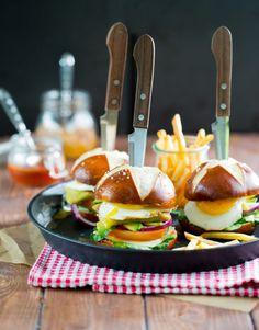 Vegetarische Maultaschen Burger - Famous Last Words Go Veggie, Yummy Veggie, Yummy Food, Spicy Recipes, Vegetarian Recipes, Burger And Fries, Catering Food, Food Design, Diy Food