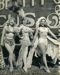 ∴ Trios ∴ the three graces & groups of 3 in art and photos - Rosie, Gee Gee and Bobby Peck. Old Circus, Circus Clown, Night Circus, Circus Train, Vintage Circus Photos, Vintage Photographs, Vintage Circus Performers, Vintage Pictures, Burlesque Vintage