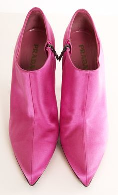 These are Prada, but Circa Joan and David make the exact same shoe at a fraction of the cost. Source by sherricutright fashion pink Pink Shoes, Girls Shoes, Pink Fashion, Fashion Shoes, Fashion News, Magenta, Bootie Boots, Shoe Boots, Ankle Boots