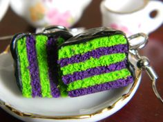 If you arent a fan of the regular orange and black and want to try out some new colors for Halloween, then these purple and green cakes might be