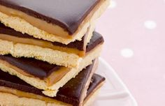 These chocolate caramel shortbread squares are such a yummy temptation. Chocolate Caramel Shortbread Recipe from Grandmothers Kitchen. Caramel Shortbread, Shortbread Recipes, Cookie Recipes, Shortbread Bars, Köstliche Desserts, Delicious Desserts, Dessert Recipes, Yummy Food, Delicious Chocolate