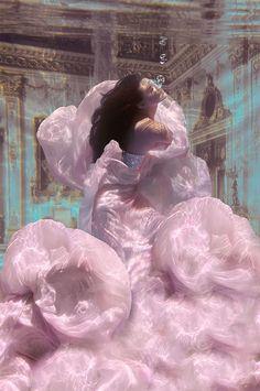 Drowning Princess (by Jvdas Berra) [underwater photography] Underwater Photos, Underwater Photography, Art Photography, Photography Aesthetic, Underwater Ruins, Softbox Photography, Underwater Drawing, Underwater Flowers, Underwater Model