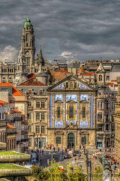 Ao fundo, a Câmara Municipal, ao centro a Igreja dos Congregados,   e do lado direito fica a Estação ferroviária de S. Bento - f. Manuel Paquete