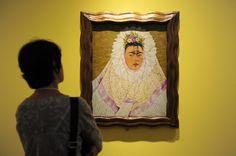 Una mujer observa el cuadro Autorretrato como tehuana o Diego en mi pensamiento, de Frida Kahlo, en el museo Martin-Gropius-Bau de Berlín, en 2010.