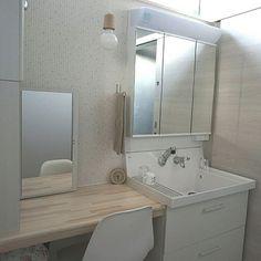 女性で、の化粧台/洗面所/LIXIL/新築一戸建て/北欧インテリア/北欧…などについてのインテリア実例を紹介。「洗面室。 洗面台の隣に化粧台を作ってもらいました。 鏡は机の上に常に出しっぱなしは嫌で、でも壁付けにするほどでもないなぁ…と。 結局、左側にある化粧品入れの収納の扉の裏に鏡を張ってもらいました。 写真はちょうど扉を開けてる時。」(この写真は 2016-05-13 00:16:31 に共有されました)