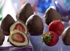 """Imperdível, o <a href=""""http://mdemulher.abril.com.br/culinaria/receitas/bombom-morango-405339.shtml"""" target=""""_blank"""">bombom de morango</a> é bom como docinho de festa ou só para adoçar o dia!"""
