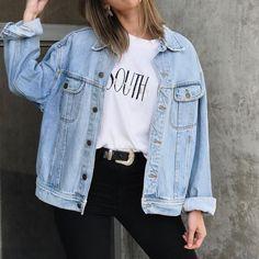 Jaqueta jeans: aquele clássico and básico indispensável que faz toda diferença no look  E tu, ainda não tens uma oversized como essa pra chamar de tua? Fica de olho porque em breve - MEGA em breve - vão entrar alguns modelos incríveis no site ✨