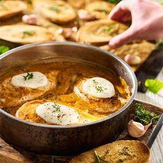 Gęsty sos włoski o intensywnym aromacie, kurczak duszony do miękkości, ciągnące się plastry mozzarelli i pobudzający zapach czosnku na grzankach...Zobacz! Mozzarella, Curry, Food And Drink, Ethnic Recipes, Products, Chicken, Curries, Gadget
