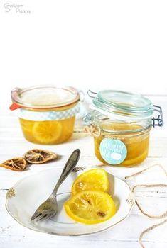 Cytryny w syropie to dawka witamin na chłodne, deszczowe popołudnia. Doskonale smakują zarówno w gorącej herbacie, jak i solo, zalane po prostu gorącą wodą. Ładnie zapakowany słoiczek może posłużyć również jako jadalny prezent dla najbliższych przyjaciół lub rodziny.