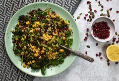 Langyos kölessaláta tökmaggal és gránátalmával Seaweed Salad, Feta, Grains, Rice, Ethnic Recipes, Seeds, Laughter, Jim Rice, Korn