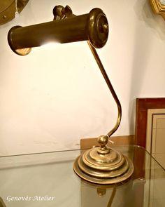 Antigua lampara de banquero o escritorio delatón. Tulipa abatible. Por las características de la lampara debe ser de los años 50 Lista para iluminar una bonita cómoda en el salón, para decorar un recibidor o como lámpara de trabajo en nuestro escritorio. Funciona perfectamente