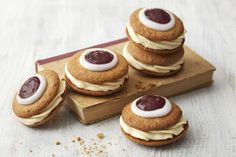 Leivo Runebergin torttu keksin muotoon Sweet Cookies, No Bake Cookies, No Bake Cake, Sweet And Salty, Something Sweet, Desert Recipes, Food Plating, Vegan Desserts, Yummy Cakes
