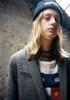 Blazer, Bimba y Lola. T-shirt, Gosha Rubchinskiy. Bonnet, The Elder Statement. Bracelet porté en collier, Miansai. Collier « Mixte » en plaqué or blanc, Goossens.