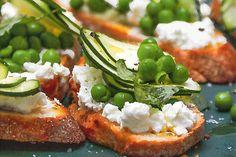 Das Rezept für Crostini mit Feta, Limone, Zucchini mit allen nötigen Zutaten und der einfachsten Zubereitung - gesund kochen mit FIT FOR FUN