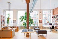 Tijolinhos na parede e piso de madeira clara. Ver outras fotos no site.