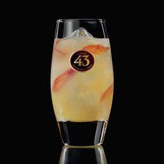 Versuche mal was Neues und probiere den Picante 43, ein einzigartig würziger Cocktail, der Licor 43, Ginger Beer, Organgenschalen und scharfe Chilli kombiniert.