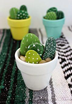 Ötletes, egyszerűen kivitelezhető dekoráció: kézzel festett kavicskaktuszok | Életszépítők