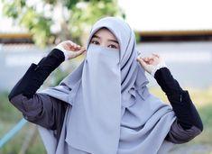 Gambar mungkin berisi: satu orang atau lebih dan luar ruangan Hijab Niqab, Hijab Outfit, Cute Korean Fashion, Niqab Fashion, Face Veil, Hijabi Girl, Hijabs, Beautiful Asian Women, Short Stories