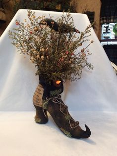 Primitive Halloween/Fall Witches Boot With Tea Light Decor Halloween Door Decorations, Halloween Party Decor, Holidays Halloween, Easy Halloween, Vintage Halloween, Halloween Crafts, Halloween Centerpieces, Holloween Wreaths, Homemade Halloween