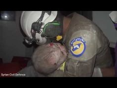 Best of Web Vídeos flagra socorrista aos prantos ao encontrar recém-nascida sob os escombros na guerra na Síria