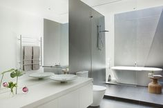 Malvern House by Lubelso: Contemporary Cutting-Edge House Design: Wonderful Contemporary Architectural Design For White Bathroom Interior De. Home Builders Melbourne, Melbourne House, Bad Inspiration, Bathroom Inspiration, Bathroom Ideas, Bathroom Designs, Bathroom Interior, Custom Home Designs, Custom Homes