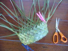 P1210356 Card Weaving, Weaving Art, Weaving Patterns, Basket Weaving, Toilet Paper Roll Crafts, Paper Crafts, Flax Weaving, Coconut Leaves, Flax Flowers