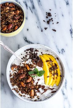 """Un """"smoothie bowl"""" à l'avoine, la banane, la noix de coco et à la mangue pinterest petit dejeuner été"""