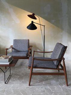 "Coppia poltrone in teak ""Spade Chair"" modello FD 133, disegnate da Finn Juhl nel 1954, produzione France & Søn - Coppia lampade italiane Stilux anni 50 / Pair of teakwood lounge chairs ""Spade Chair"" model FD 133 designed by Finn Juhl in 1954, produced by France & Søn - Italian modern Stilux floor lamps, 1950 c.a. / www.capperidicasa.com"
