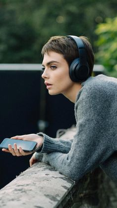 2017 > Cara Delevingne para Beats By Dre Girl Short Hair, Short Hair Cuts, Short Hair Styles, Cara Delevingne Haar, Cara Delevingne Fashion, Cara Delevigne Makeup, Cara Delvingne, Girl With Headphones, Pelo Pixie