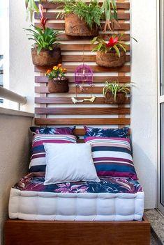 Удачная и укромная обстановка создана на балконе благодаря такому отличному решению разместить на нем диванчик.