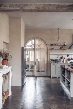 Narrow Kitchen, Kitchen On A Budget, Swedish Kitchen, Green Kitchen, Devol Kitchens, Timeless Kitchen, Modern Windows, Arched Windows, Elegant Kitchens